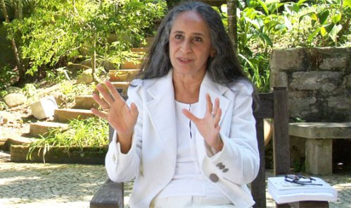 Maria Bethânia, uma das entrevistadas no documentário, é mestra em musicar poemas. Na maioria dos seus álbuns, a cantora-intérprete delcama uma poesia